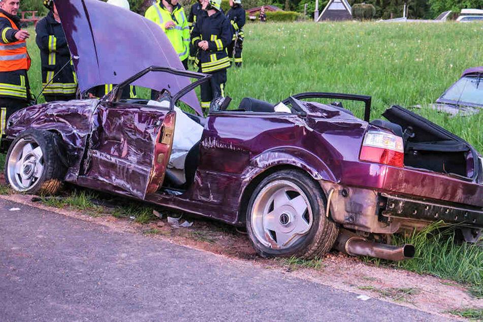 Für die Rettung des Fahrers musste von dem VW das Dach entfernt werden.