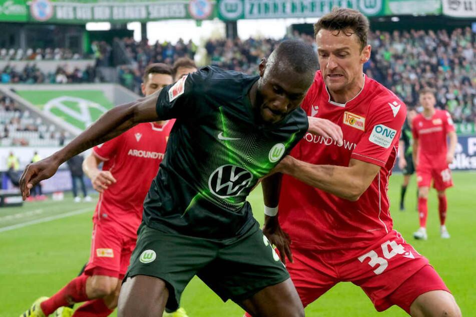 Wolfsburgs Josuha Guilavogui (l.) wird von Unions Christian Gentner attackiert.