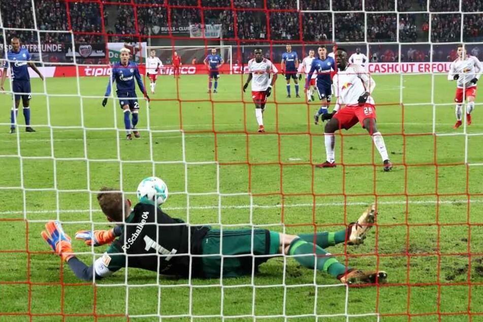 Der gefoulte Jean-Kevin Augustin scheiterte in der 37. Minute mit seinem Elfmeter an Schalke-Keeper Ralf Fährmann.