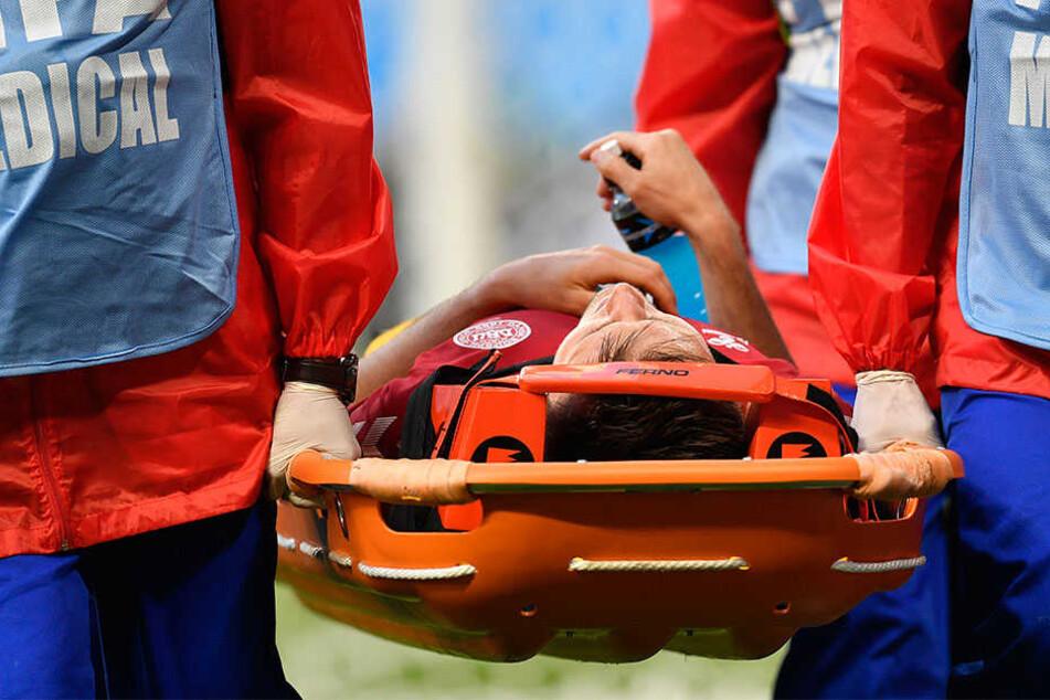 Dänemarks William Kvist (33) wird verletzt vom Spielfeld getragen.