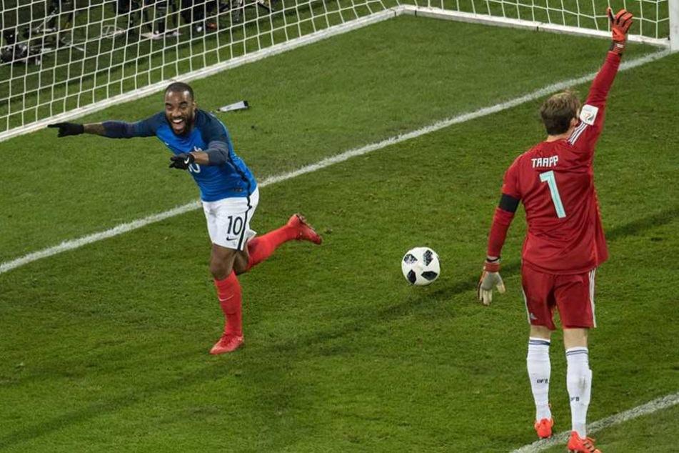 Lacazette jubelt über seinen Treffer zum 1:0 für Frankreich. Torwart Trapp zeigt vergeblich Abseits an.