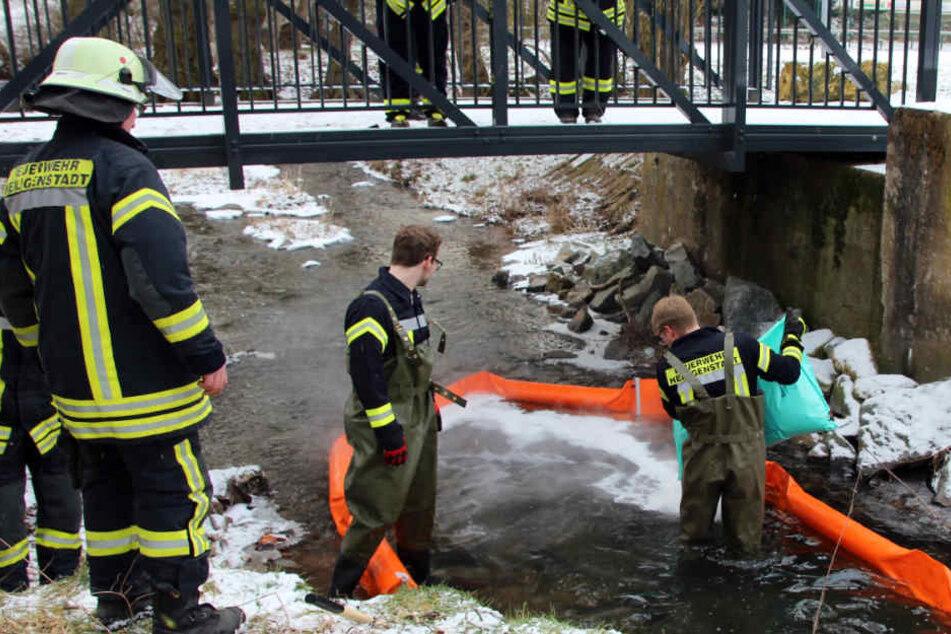 Die Feuerwehr rückte an und stieg bei den eiskalten Temperaturen in die Fluten.