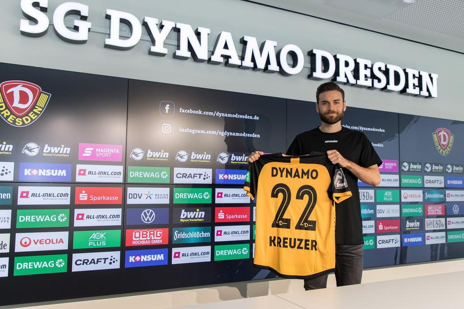 Niklas Kreuzer nach seiner Vertragsunterschrift. Er wird künftig mit der Rückennummer 22 auflaufen.