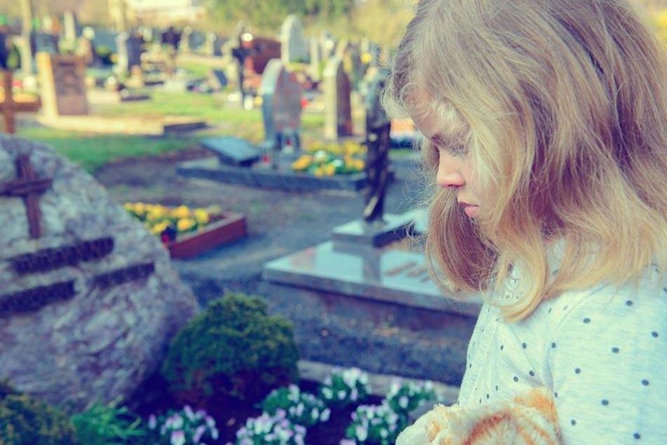 Das Mädchen war schockiert, als es den echten Grabstein entdeckte. (Symbolbild)