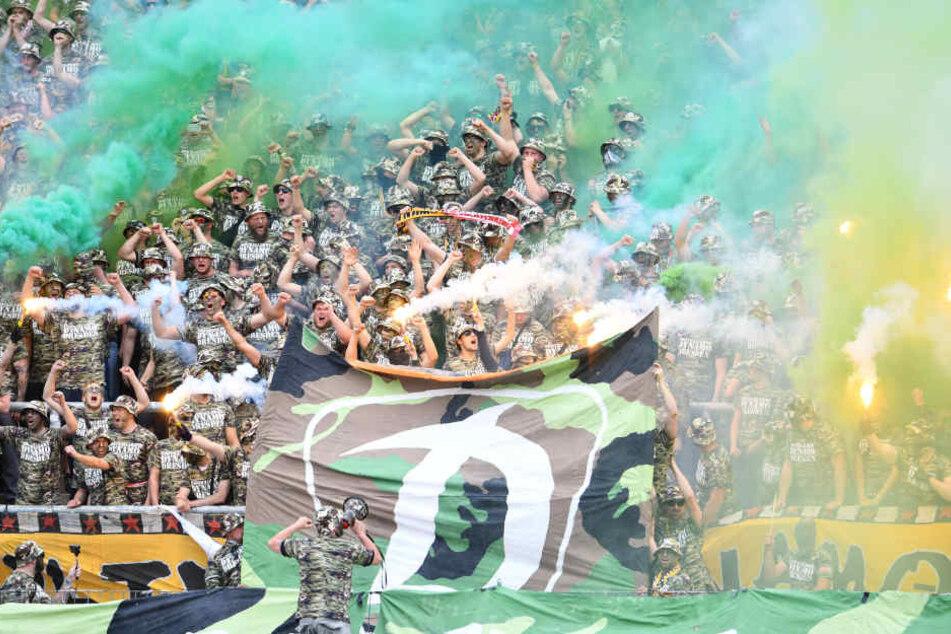 Während der Zweitliga-Partie am Sonntag ließen Dynamos-Anhänger auch unter dem Applaus der Karlsruher Haupttribüne plakativ einen Panzer rollen, erklärten dem DFB symbolisch den Krieg.