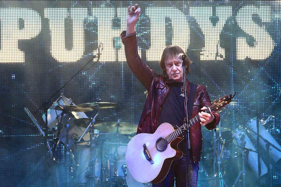 """Dieter """"Maschine"""" Birr, damals noch Frontmann der Rockband Puhdys, während eines Konzertes der Wintertour """"Heilige Nächte"""" in der Getec-Arena in Magdeburg."""