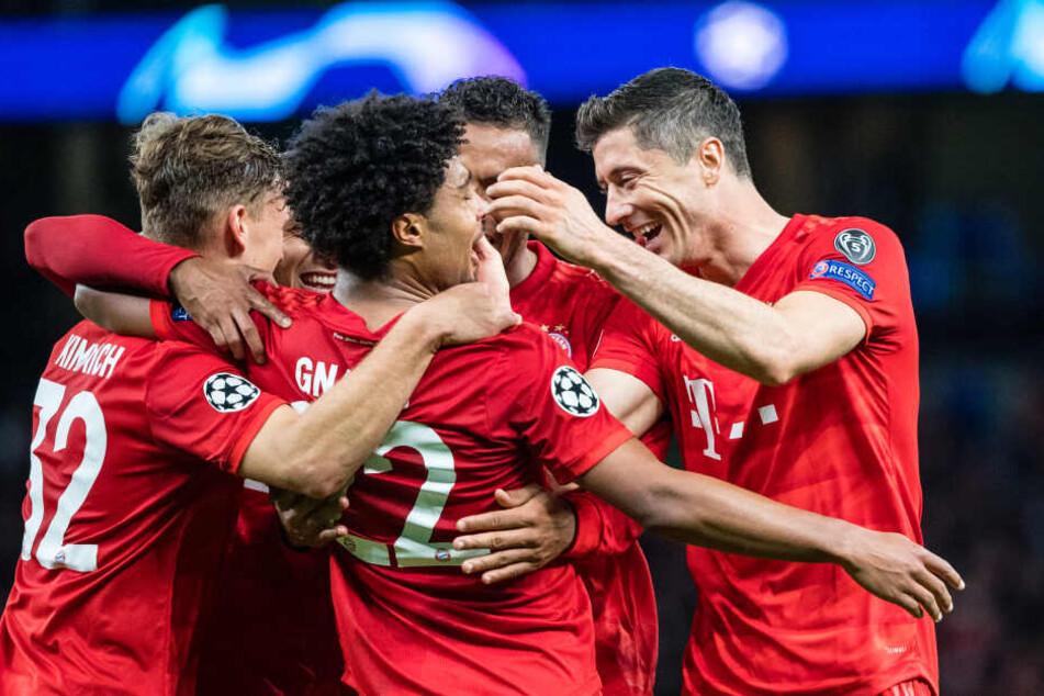 Joshua Kimmich (l-r), Serge Gnabry und Robert Lewandowski vom FC Bayern München jubeln über einen Treffer gegen Tottenham Hotspur.