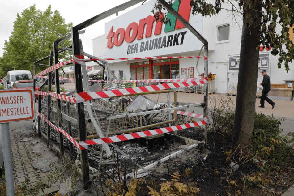 Der Unterstand brannte bis auf das Grundgerüst nieder.