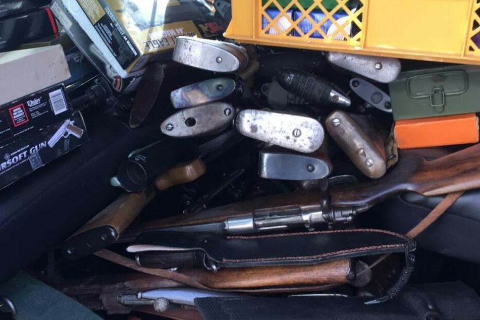 Die gefundenen Waffen wurden abtransportiert.