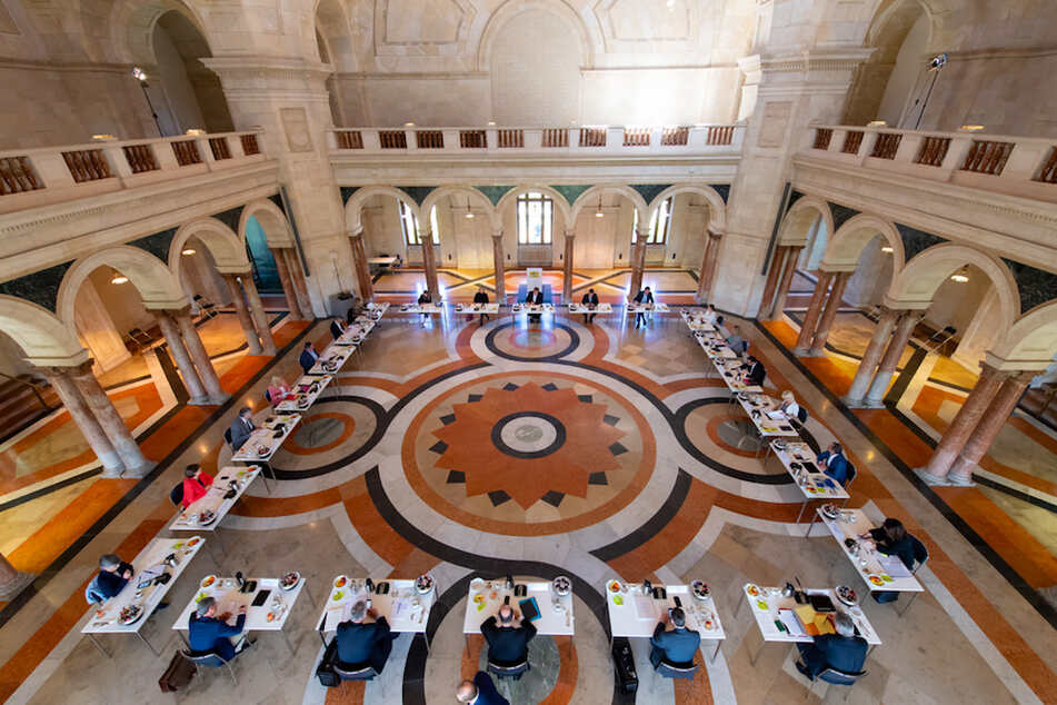 Die Mitglieder des bayerischen Kabinetts nehmen an einer Sitzung teil. Um mehr Abstand voneinander einhalten zu können, findet die Kabinettssitzung im großen Kuppelsaal der bayerischen Staatskanzlei statt.