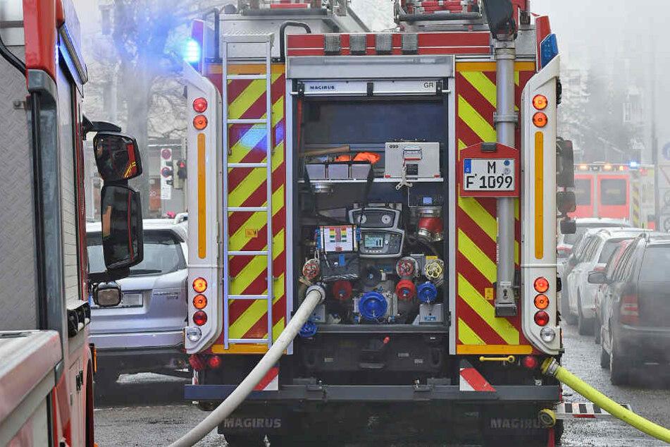 Die Feuerwehr konnte den Brand im Keller löschen und das Haus entlüften, danach könnten die Bewohner zurück in die Unterkunft. (Symbolbild)
