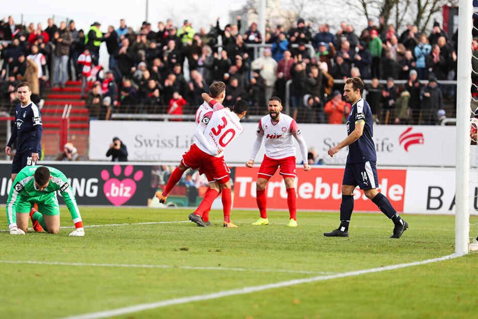 FSV-Keeper Johannes Brinkies (l.) kniet am Boden, während die Kölner das Tor des Tages bejubeln.