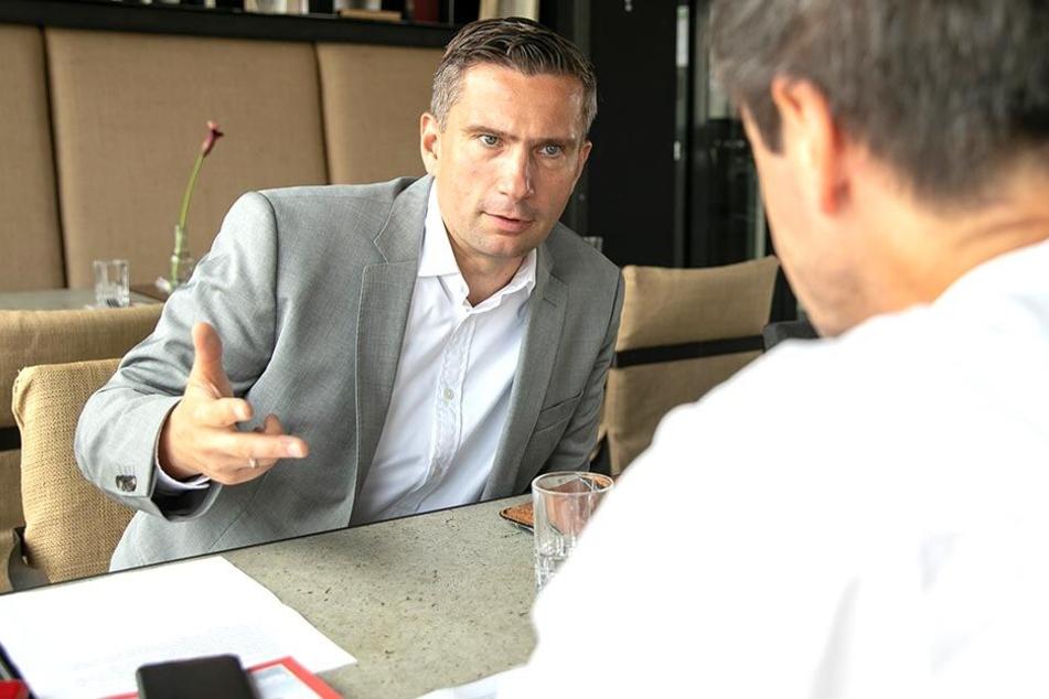 """Martin Dulig im Gespräch mit """"TAG24""""-Redakteur Markus Griese."""