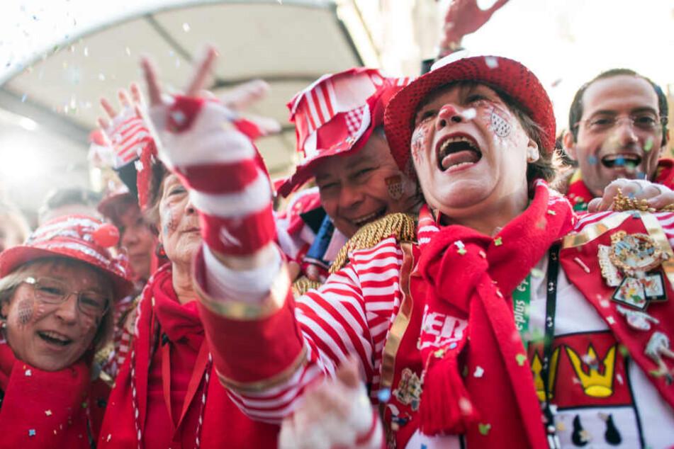 Die Jecken sind im Karnevalsfieber. Am Mittwoch schauten offiziell knapp 4 Millionen Menschen die Karnevalsschau aus Düsseldorf. (Symbolbild aus Köln).