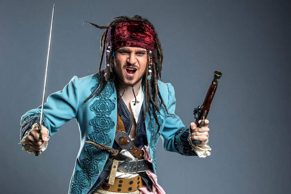 Nachher: Jetzt fehlt nur noch die Pulle voll Rum. Jack Sparrow zückt die  Knarre und schwingt den Säbel zur Attacke.