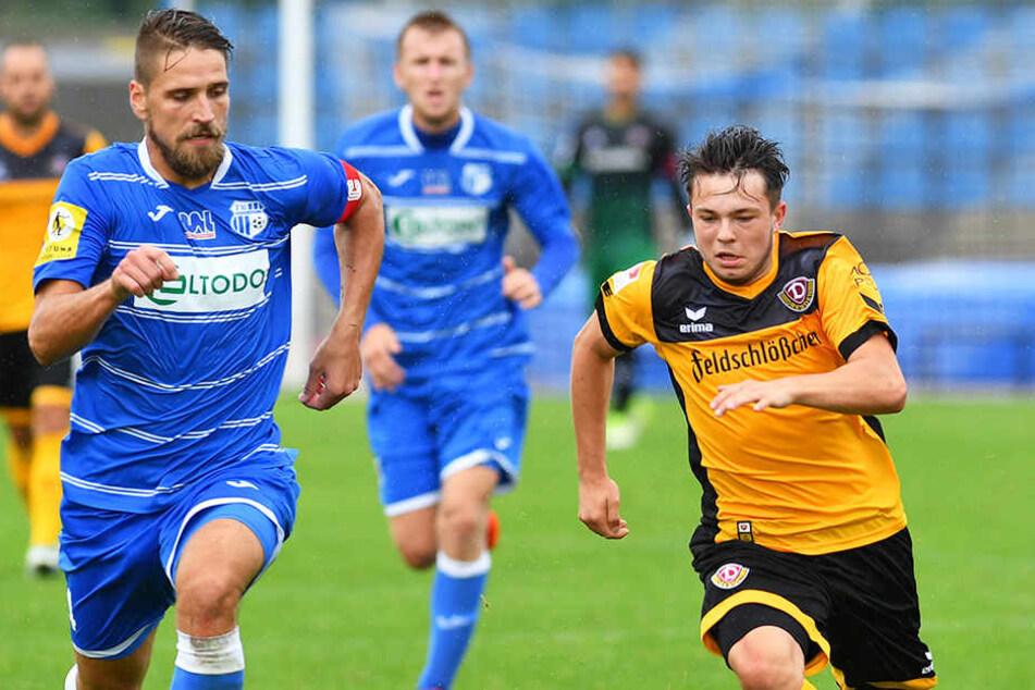 """Vasil Kusej (r.), hier im Laufduell mit Lukas Vanek vom FK Usti nad Labem, gilt als eines der größten Talente bei Dynamo. Aber auch der Tscheche ist längst noch nicht bei den """"Großen"""" angekommen."""