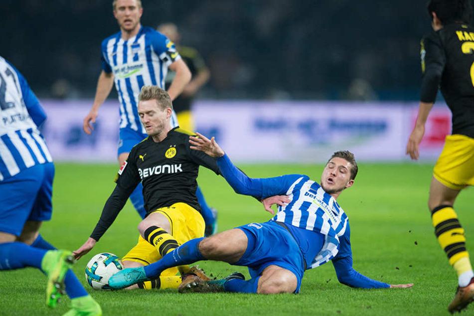 Berlins Niklas Stark streckt sich in einem Zweikampf gegen Dortmunds Andre Schürrle (l) zum Ball.