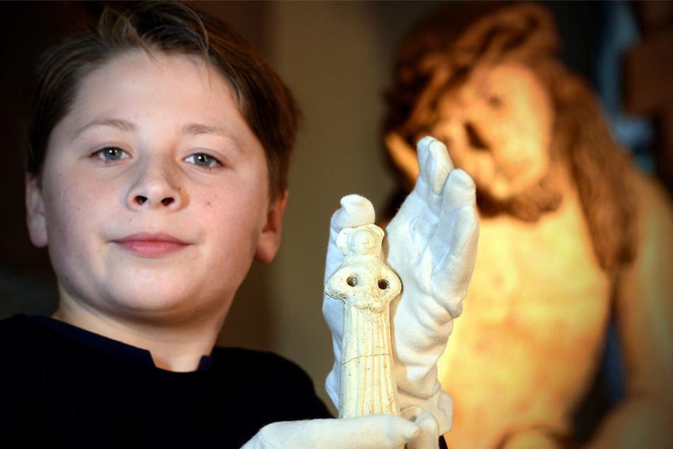 Calvin (12) aus Zittau zeigt stolz die wertvolle Tonfigur. Inzwischen hat er sie aber Archäologen zur weiteren Untersuchung überlassen.