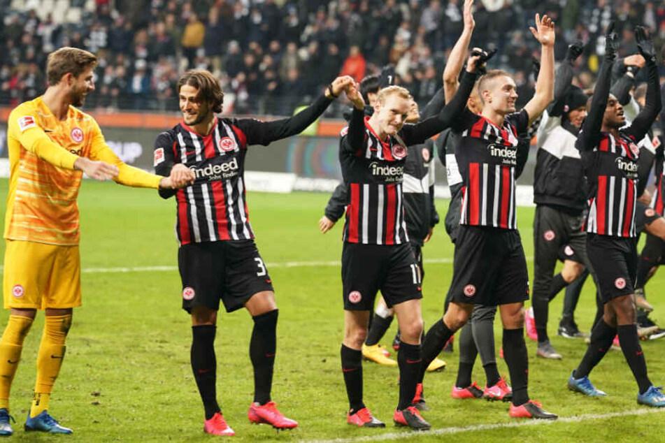 Die Frankfurter Spieler jubeln nach dem 5:0-Sieg.