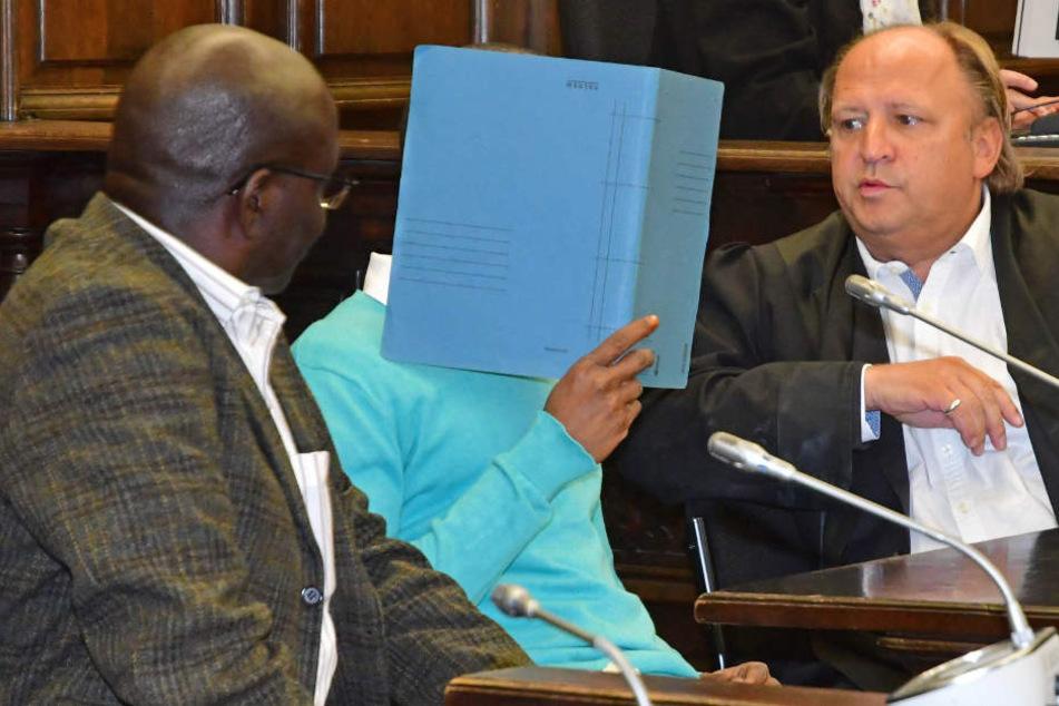 Der Angeklagte sitzt zwischen seinem Anwalt Tim Burkert (rechts) und einem Dolmetscher.