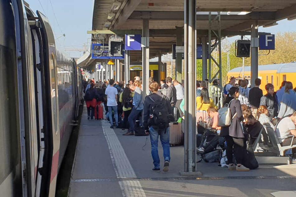 Tausende Bahnreisende betroffen: Darum herrscht Chaos am Stuttgarter Hauptbahnhof!