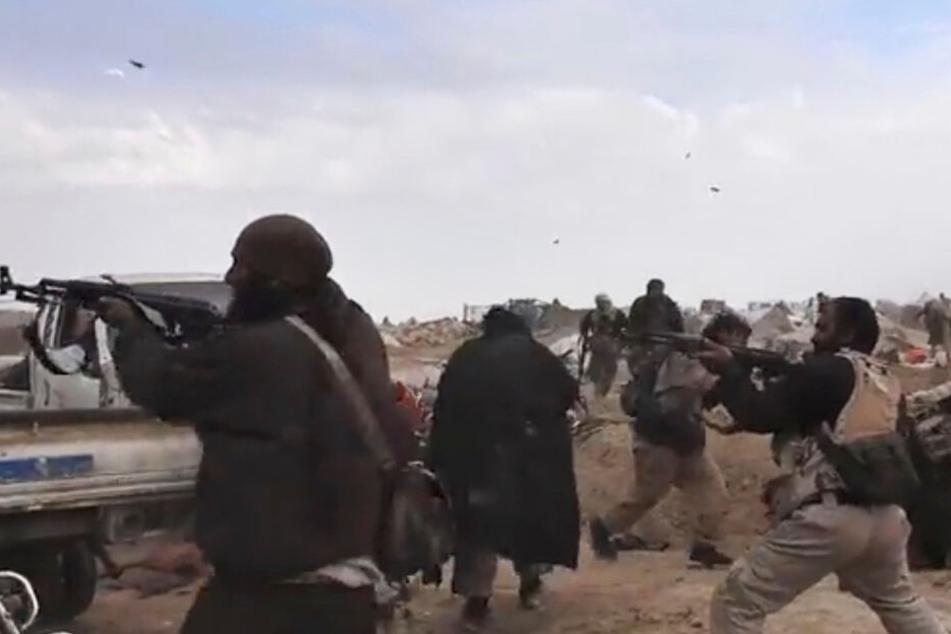 Im syrischen Baghus: IS-Kämpfer feuern ihre Waffen ab