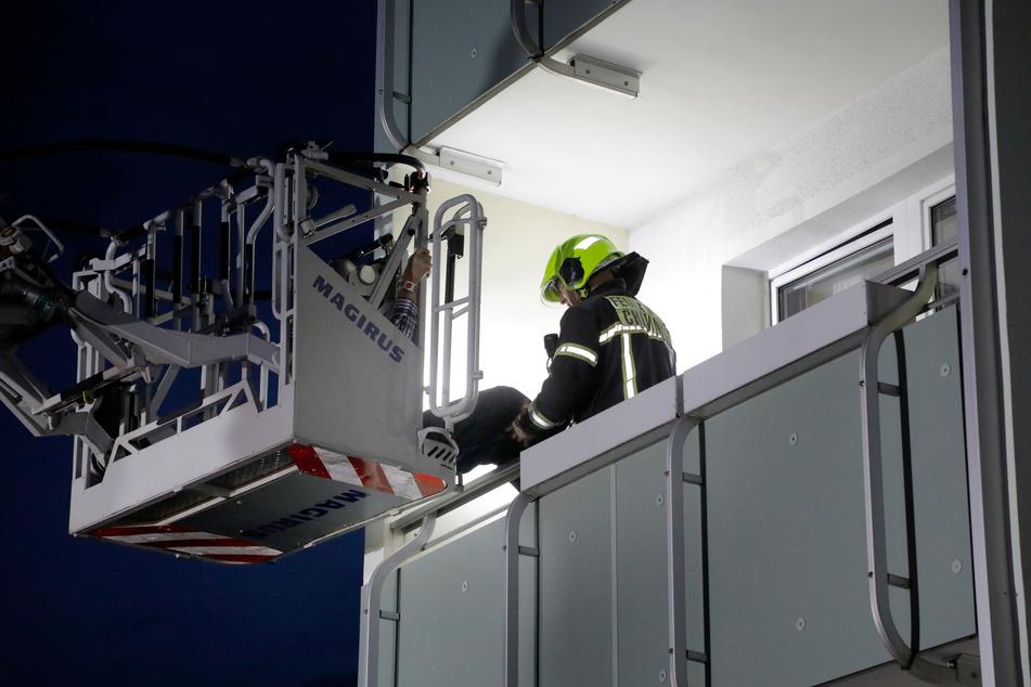 Einsatzkräfte der Feuerwehr retteten den älteren Bewohner aus seiner Wohnung, in der es gebrannt hatte.