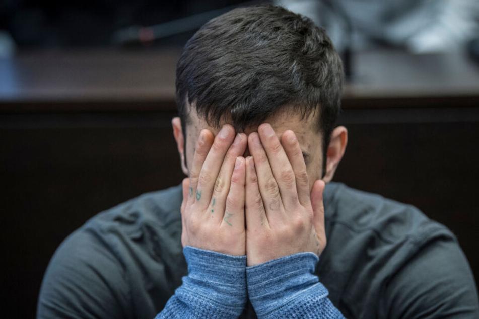 Beim Prozessauftakt am 12. März 2019, verdeckt Ali B. sein Gesicht mit den Händen.