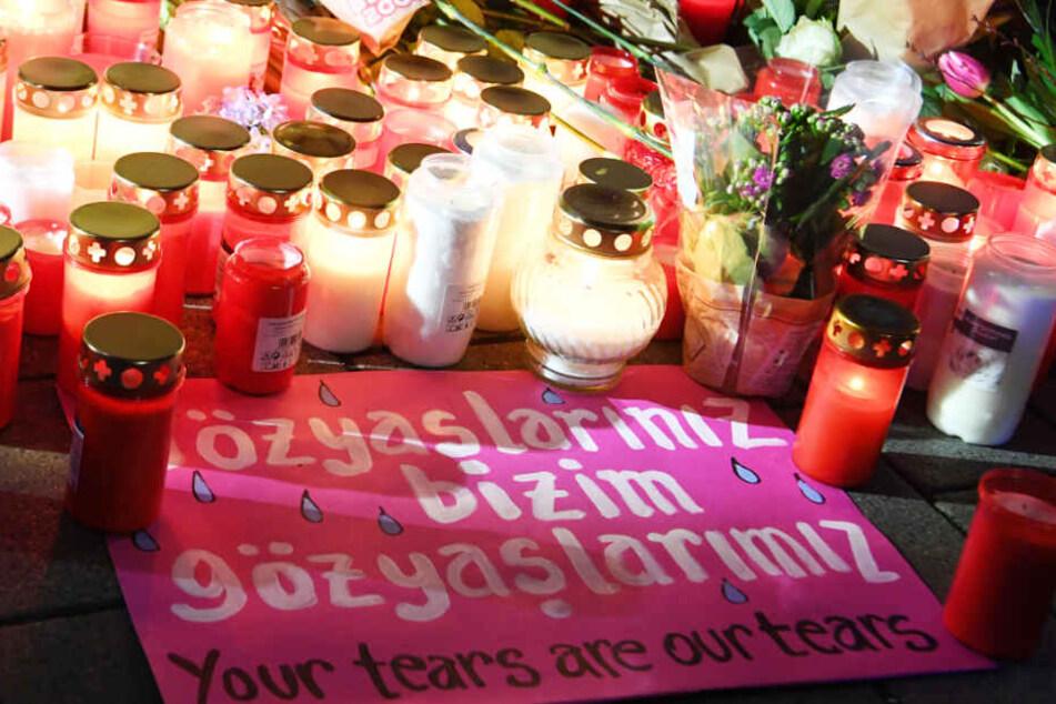 Kerzen erinnern in der Innenstadt von Hanau an die Opfer des Anschlags.