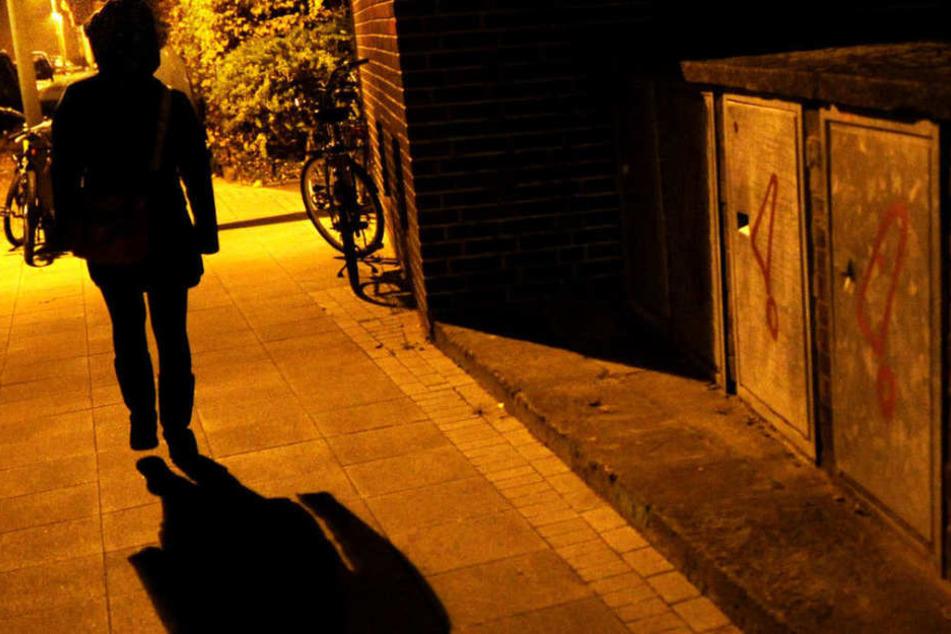 Sie schrie laut um Hilfe, dann floh er: Frau im Hausflur sexuell belästigt