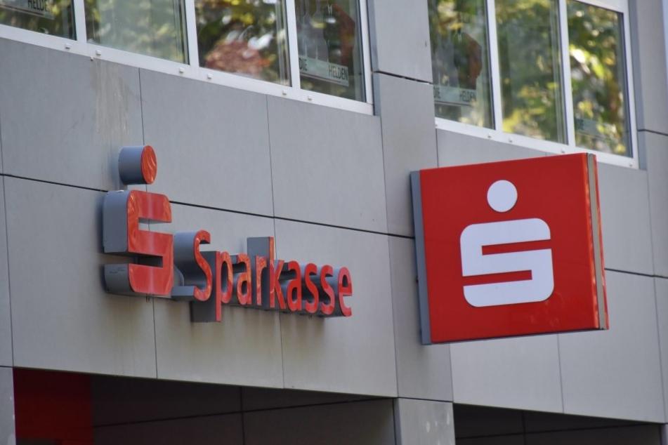 Bestimmte Sparkassen-Filialen verlangen künftig Gebühren fürs Geld abheben.