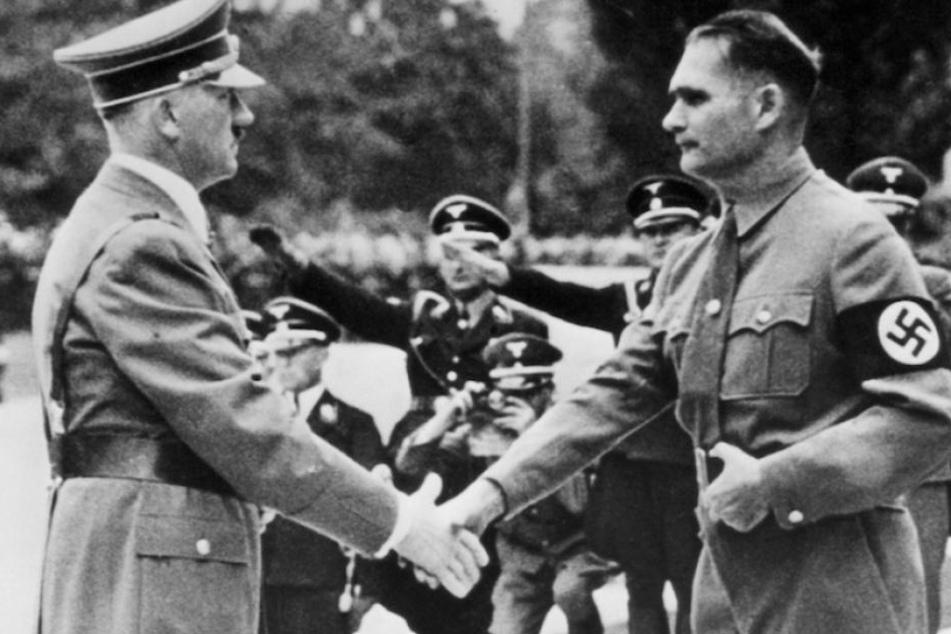 Nazi-Führer Adolf Hitler und sein Stellvertreter Rudolf Heß bei einem NSDAP-Reichsparteitag 1938 in Nürnberg.