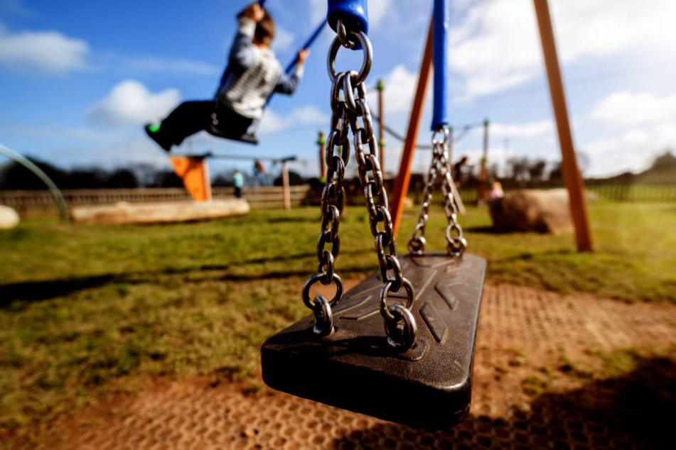 Widerlich! Rentner befriedigt sich in Gebüsch neben Kinderspielplatz