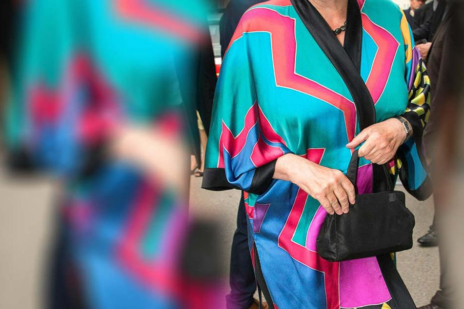 Wer setzt denn mit diesem bunten Kimono ein Mode-Statement?