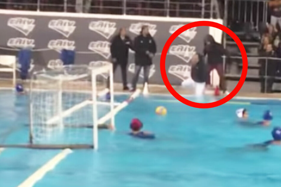Der Fan rammt den Schiedsrichter ins Wasser.