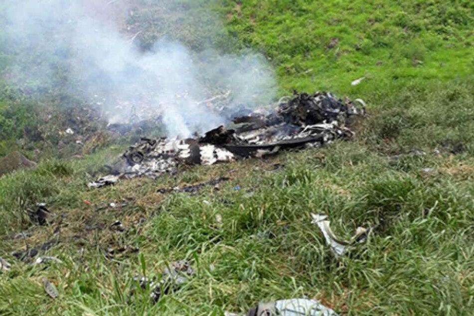 Ein Bild zeigt ein Trümmerteil der abgestürzten Maschine.