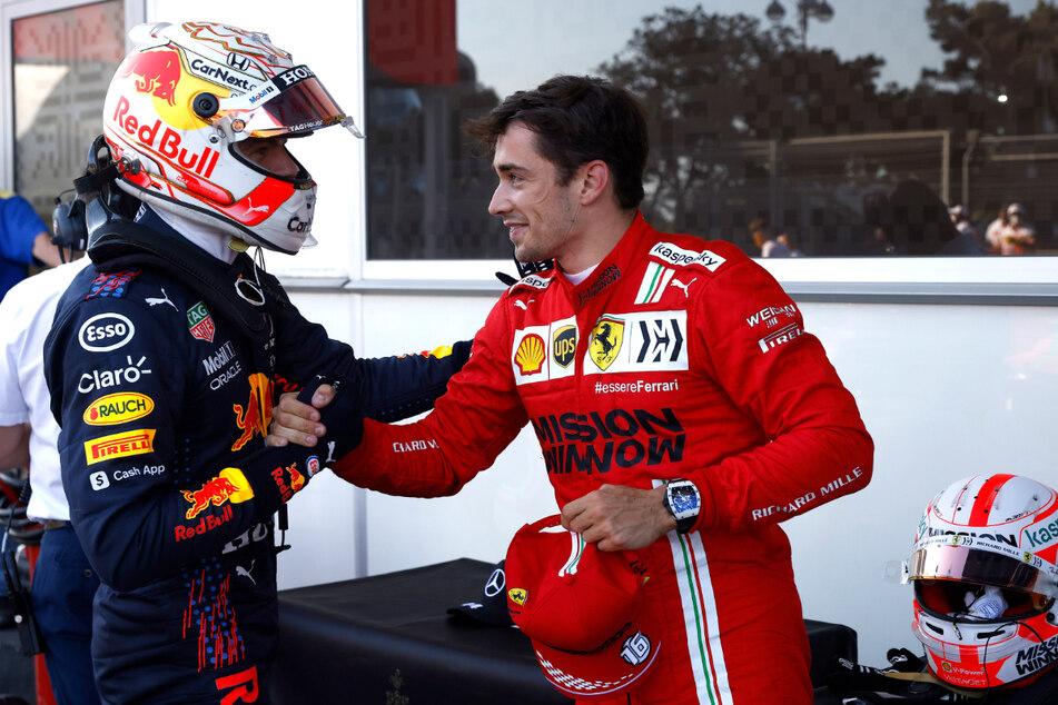 Charles Leclerc (r.) aus Monaco von Team Scuderia Ferrari nimmt Glückwünsche von Max Verstappen aus den Niederlanden vom Team Red Bull Racing an.