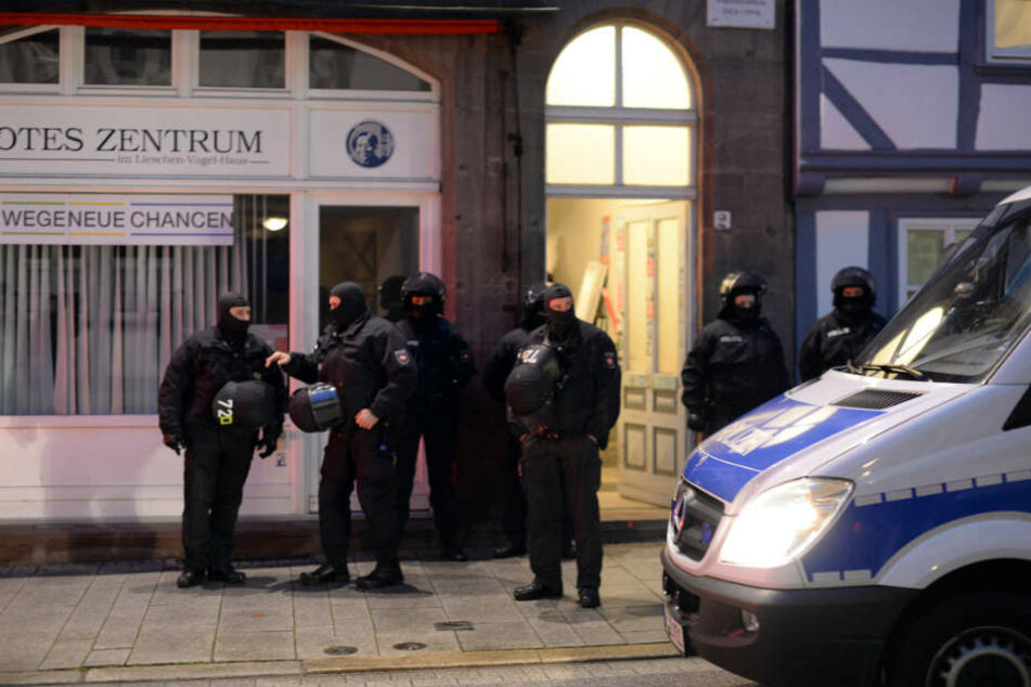 """Polizisten vor dem """"Roten Zentrum"""" in Göttingen."""