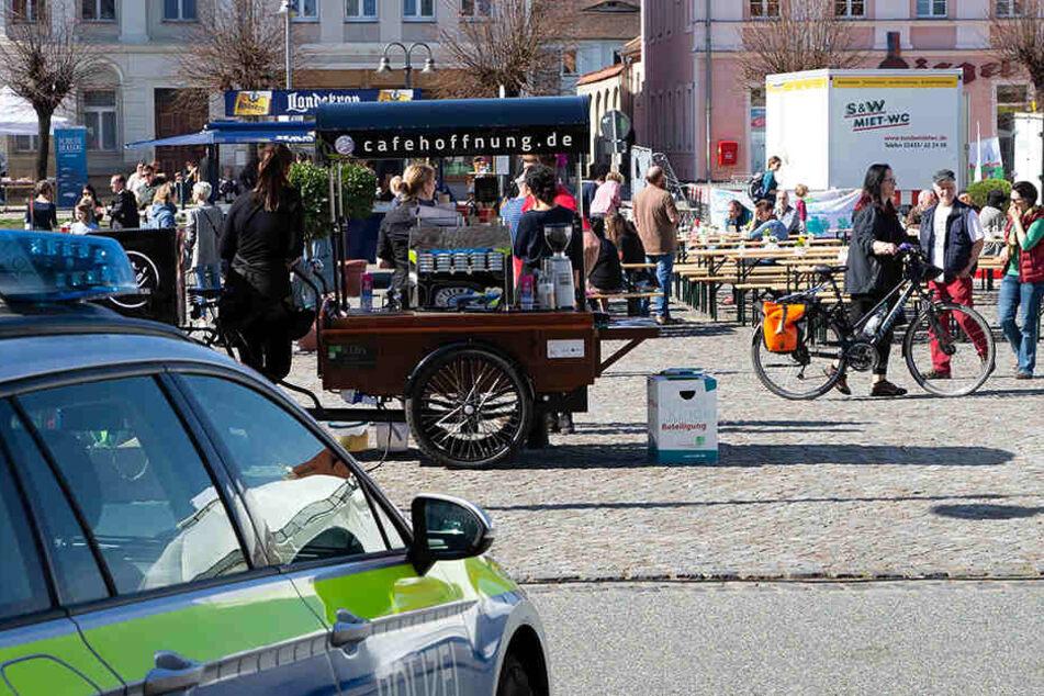 Bürger der Landstadt Ostritz haben auf dem Marktplatz ein Zeichen gegen Rechtsextremismus gesetzt - es wurde gesungen und getanzt. Rund 500 Meter weiter wurde gehetzt und beleidigt.