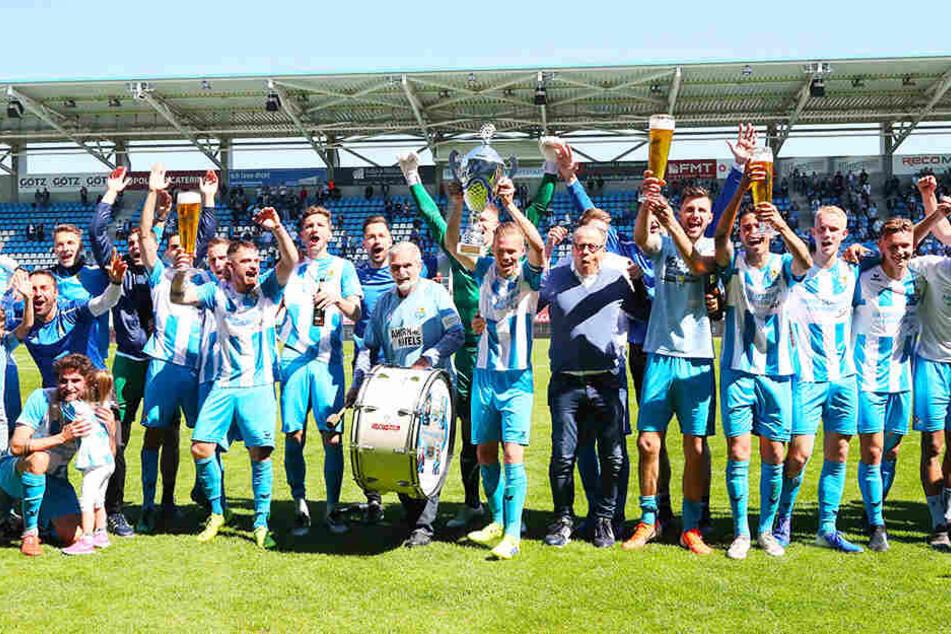 Am Sonnabend wurden beim CFC die Meisterschaft und der Aufstieg gefeiert. Doch noch ist die Lizenz für die 3. Liga nicht sicher.