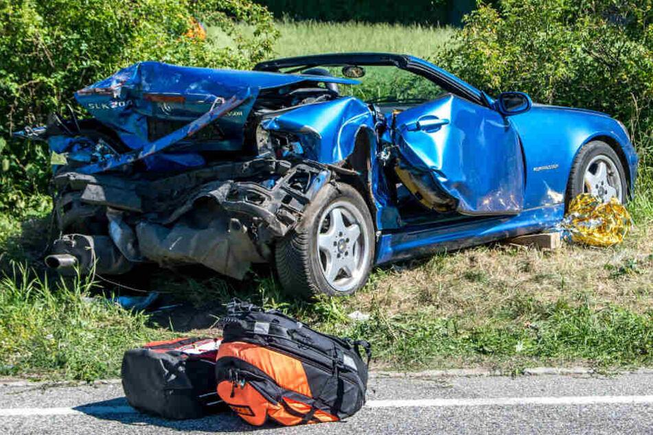 Die beiden Insassen des Cabrios wurden schwer verletzt.