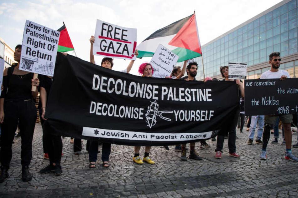Pro-Palästinensische Demonstranten protestieren auf dem Hermannplatz in Neukölln gegen die Aktionen der Israelis an der Grenze zum Gazastreifen.
