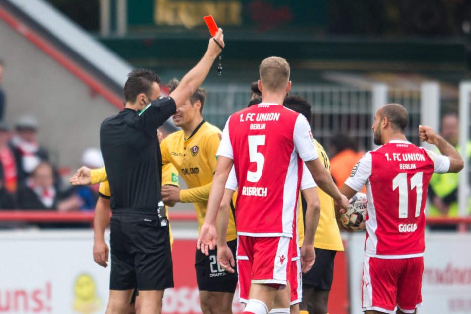 Schiedsrichter Sven Jablonski schickt Dresdens Janina Nikolaou vom Platz.