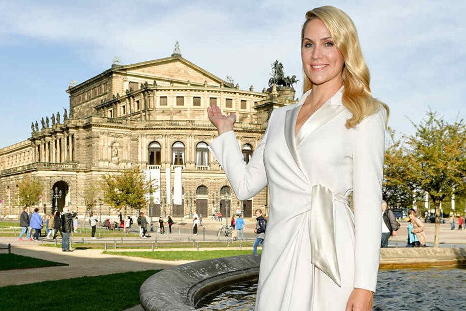 Die Journalistin Judith Rakers steht vor der Semperoper in Dresden. Dort moderiert sie den 15. Semperopernballs am 7. Februar 2020.