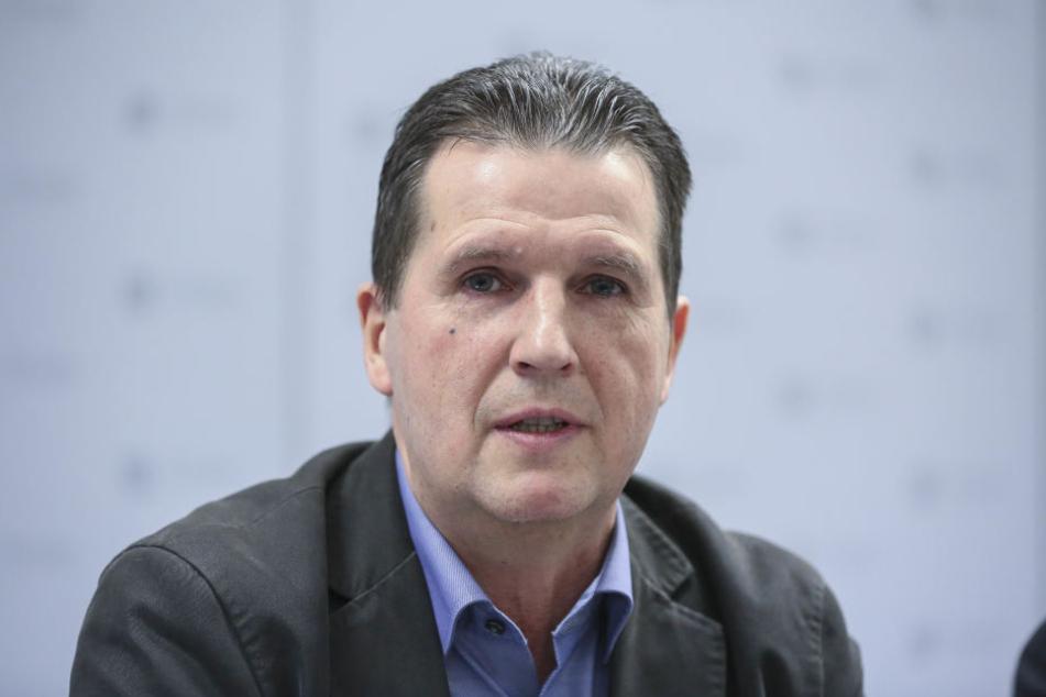 Ordnungsamtschef Ralf Lübs (57) führt das neue Bezahlsystem ein.