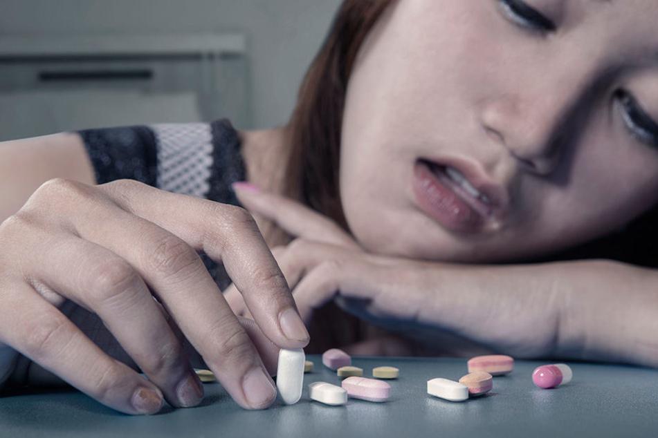 Menschen, die eine Schmerzmittel-Sucht haben, distanzieren sich oft von anderen.