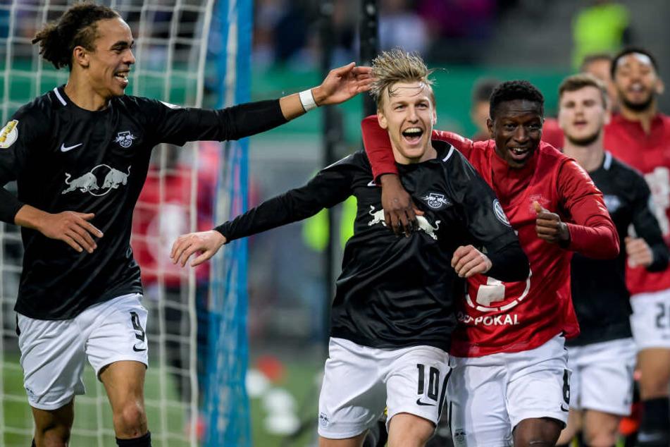 Schlüsselspieler im Torjubel: Yussuf Poulsen, Emil Forsberg und Amadou Haidara (v.l.) nach dem 3:1 im DFB-Halbfinale gegen den Hamburger SV.