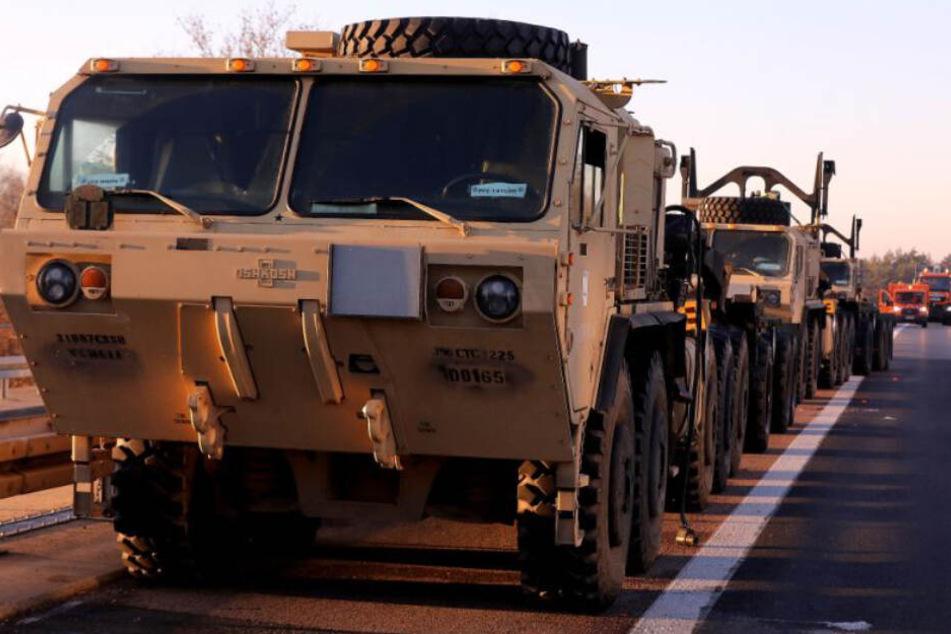 So etwas sieht man auch nicht alle Tage: Militärfahrzeuge der US-amerikanischen Armee auf dem Pannenstreifen der A4.