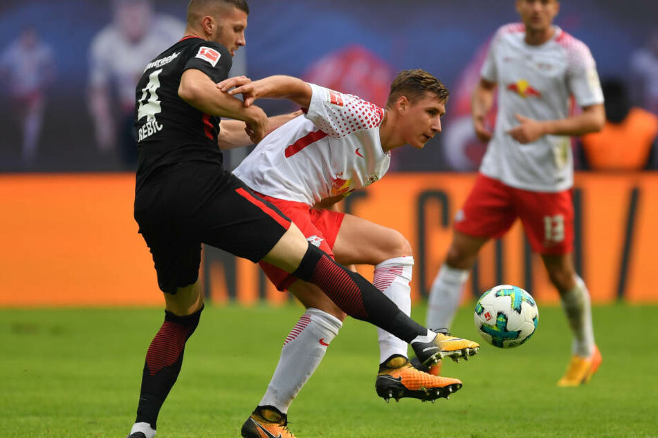 Ante Rebic und Leipzigs Willi Orban im Zweikampf.