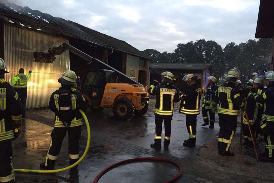 Mit einem Gabelstapler rissen die Feuerwehrleute das Tor nieder, um an den Brandherd zu gelangen.